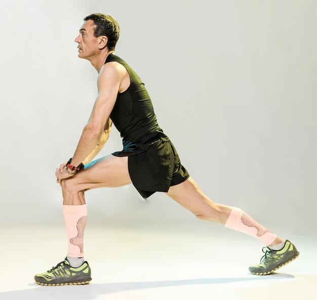 Mężczyzna Rozciąganie Przed ćwiczeniami Darmowe Zdjęcia