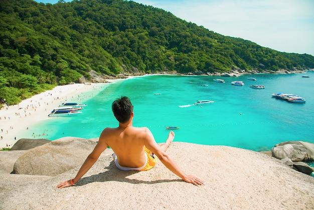 Mężczyzna Sceniczna Przejażdżka Piękny Morze I Niebieskie Niebo Przy Similan Wyspą, Phuket, Tajlandia. Premium Zdjęcia