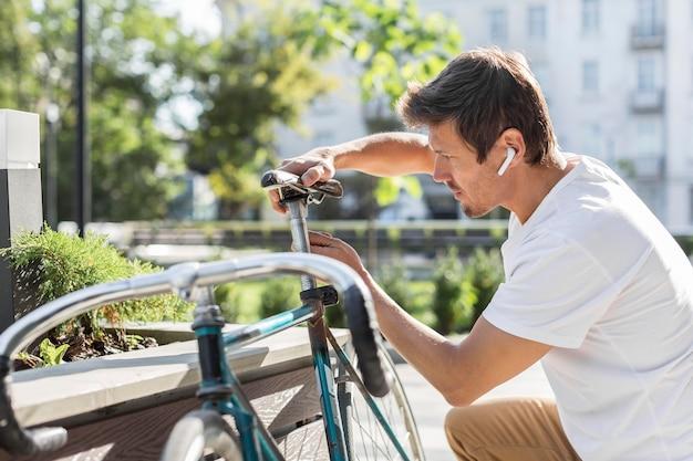 Mężczyzna Sideview Naprawy Swojego Roweru Darmowe Zdjęcia