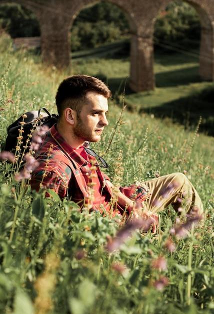 Mężczyzna Siedzący W Zielonym Polu Darmowe Zdjęcia