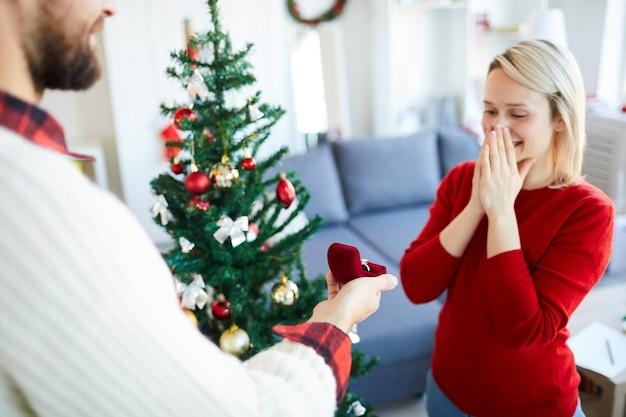 Mężczyzna Składa Dziewczynie Oświadczyny W Boże Narodzenie Darmowe Zdjęcia