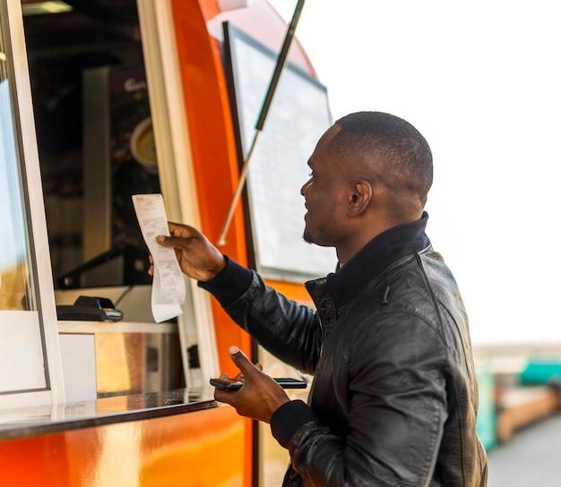 Mężczyzna Składający Zamówienie W Food Truck Darmowe Zdjęcia