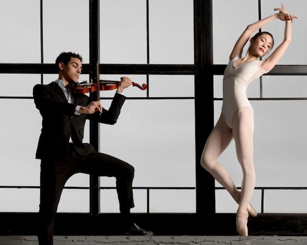 Mężczyzna Skrzypek Odtwarzanie Muzyki, A Baletnica Pozuje Darmowe Zdjęcia