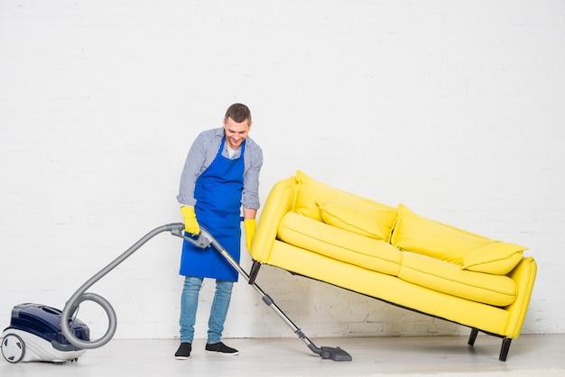Mężczyzna sprząta swój dom Darmowe Zdjęcia