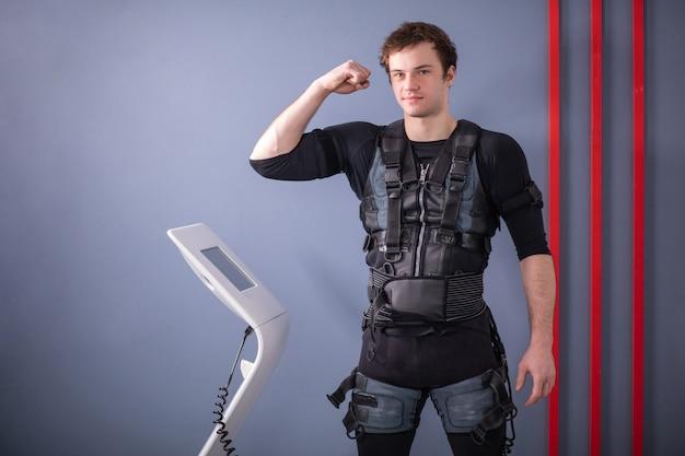 Mężczyzna Stojący W Pobliżu Maszyny Ems Premium Zdjęcia