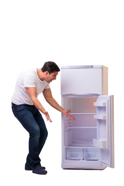 Mężczyzna Szuka Jedzenia W Pustej Lodówce Premium Zdjęcia
