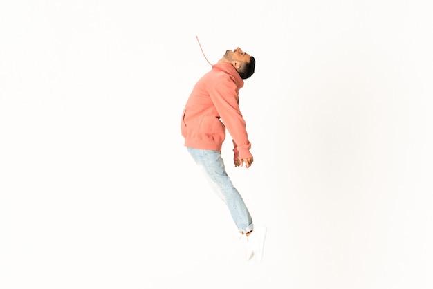 Mężczyzna tanczy ulicznego tana styl nad odosobnioną biel ścianą Premium Zdjęcia
