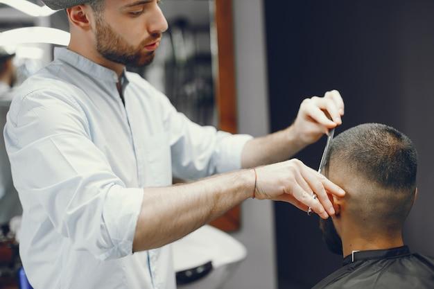 Mężczyzna Tnie Włosy W Zakładzie Fryzjerskim Darmowe Zdjęcia