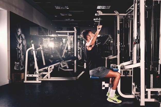 Mężczyzna trenuje w gym Darmowe Zdjęcia