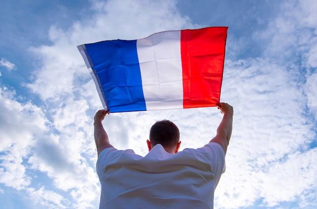 Mężczyzna Trzyma Flagę Francji, Obraz Koncepcyjny Premium Zdjęcia