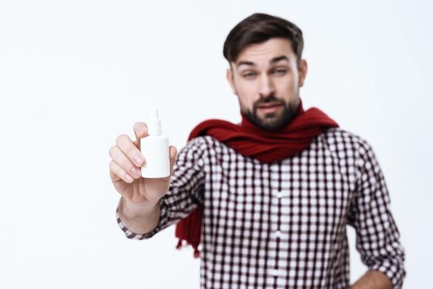 Mężczyzna Trzyma Nos Krople Na Białym Tle. Premium Zdjęcia