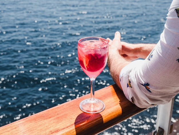 Mężczyzna Trzyma Piękną Lampkę Różowego Wina Premium Zdjęcia