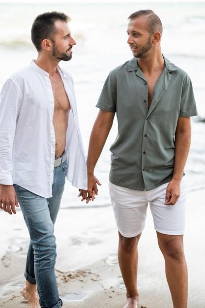 Mężczyzna Trzymając Się Za Ręce Na Plaży Darmowe Zdjęcia
