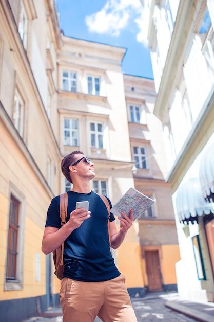 Mężczyzna turysta z miastem Premium Zdjęcia