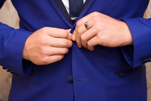 Mężczyzna ubrany w niebieski garnitur i białą koszulę Premium Zdjęcia