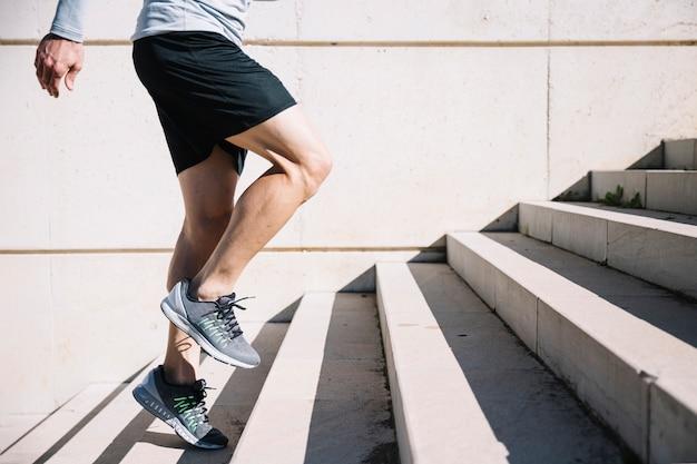 Mężczyzna uprawiający hopping na górze Darmowe Zdjęcia