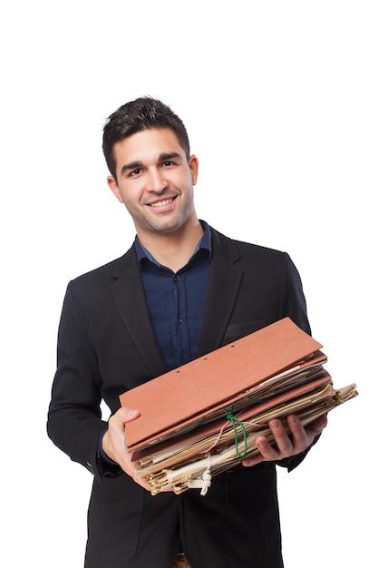 Mężczyzna uśmiecha się z folderów i dokumentów Darmowe Zdjęcia