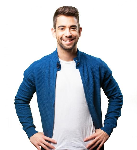 Mężczyzna Uśmiecha Się Z Rękami Na Biodrach Darmowe Zdjęcia