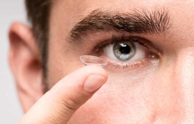 Mężczyzna Utrzymujący Kontakt Wzrokowy Darmowe Zdjęcia