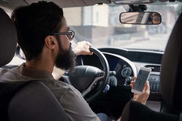 Mężczyzna Używa Telefon Komórkowego Podczas Jazdy. Darmowe Zdjęcia