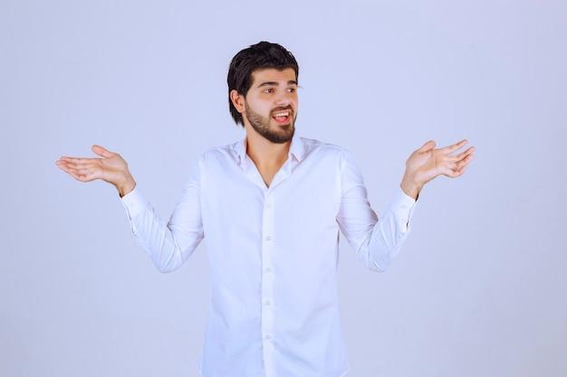 Mężczyzna W Białej Koszuli Próbuje Się Wytłumaczyć. Darmowe Zdjęcia