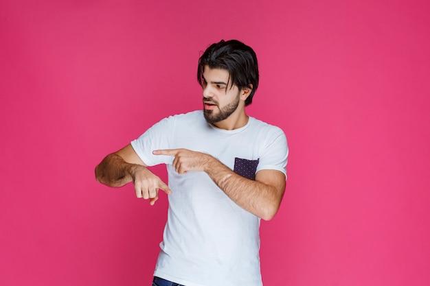 Mężczyzna W Białej Koszuli Sprawdzanie Czasu Na Zegarku. Darmowe Zdjęcia
