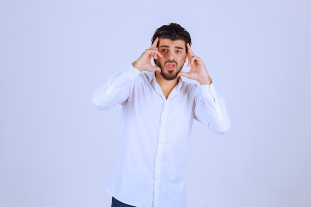 Mężczyzna W Białej Koszuli Wygląda Na Zaspanego Lub Smutnego. Darmowe Zdjęcia