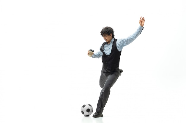 Mężczyzna W Biurze Ubrania, Grając W Piłkę Nożną Lub Piłkę Nożną Z Piłką Na Białej Przestrzeni. Niezwykły Wygląd Dla Biznesmena W Ruchu, Akcji. Sport, Zdrowy Tryb życia. Darmowe Zdjęcia