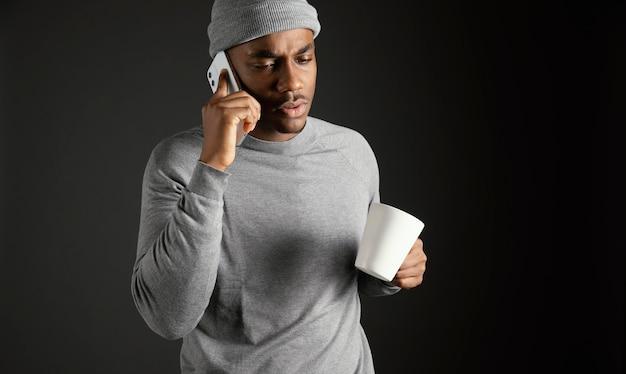 Mężczyzna W Czapce Rozmawia Przez Telefon Darmowe Zdjęcia