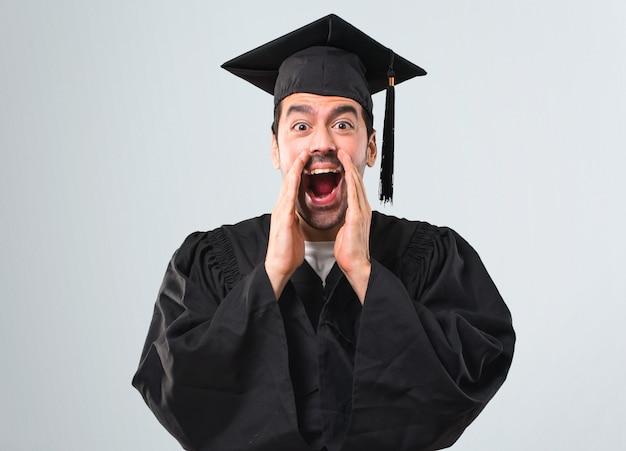 Mężczyzna W Dniu Jego Ukończenia Uniwersytet Krzyczy Z Szeroko Otwartymi Ustami I Ogłaszając Coś Premium Zdjęcia