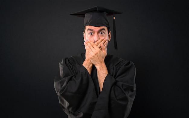 Mężczyzna W Dniu Jego Ukończenia Uniwersytet Obejmujący Usta Obiema Rękami Za Powiedzenie Czegoś Premium Zdjęcia