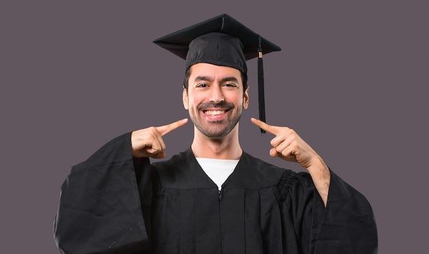 Mężczyzna W Dniu Jego Ukończenia Uniwersytet Uśmiecha Się Z Wyrażeniem Szczęśliwy I Przyjemny Premium Zdjęcia