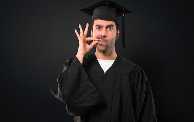 Mężczyzna W Dniu Jego Ukończenia Uniwersytet Wykazujące Oznakę Zamknięcia Gestu Usta I Cisza Premium Zdjęcia