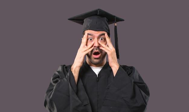 Mężczyzna W Dniu Jego Ukończenia Uniwersytet Zaskoczony I Obejmujące Twarz Rękami Premium Zdjęcia