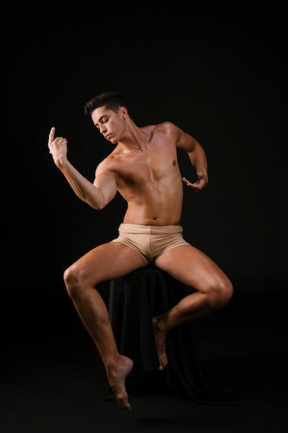 Mężczyzna W Fotelu Porusza Się Elastycznie W Postawie Tańca Darmowe Zdjęcia