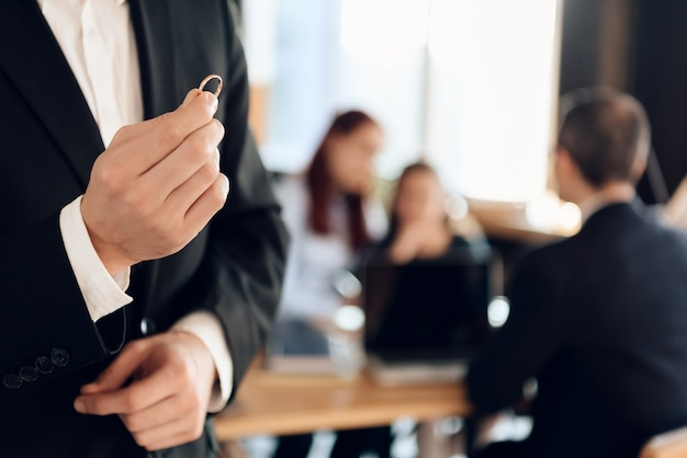 Mężczyzna W Garniturze W Ręku Trzymać Pierścionek Zaręczynowy. Premium Zdjęcia
