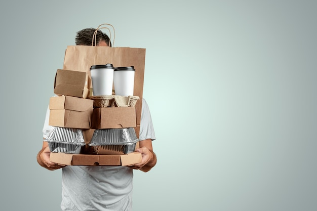 Mężczyzna W Jasnej Koszulce Podającej Zamówienie Fast Food Na Białym Tle Na Niebieskim Tle Premium Zdjęcia