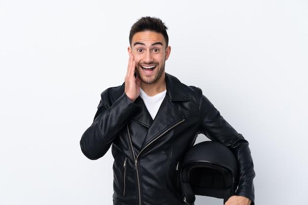 Mężczyzna W Kasku Motocyklowym Z Zaskoczeniem I Zszokowanym Wyrazem Twarzy Premium Zdjęcia