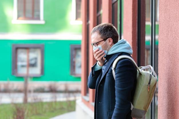 Mężczyzna W Okularach Mdłości Na Zewnątrz, Kaszel, Noszenie Maski Ochronnej Przed Zakaźnymi Chorobami Zakaźnymi, Alergia Na Pyłki, Ochrona Przed Wirusami Premium Zdjęcia