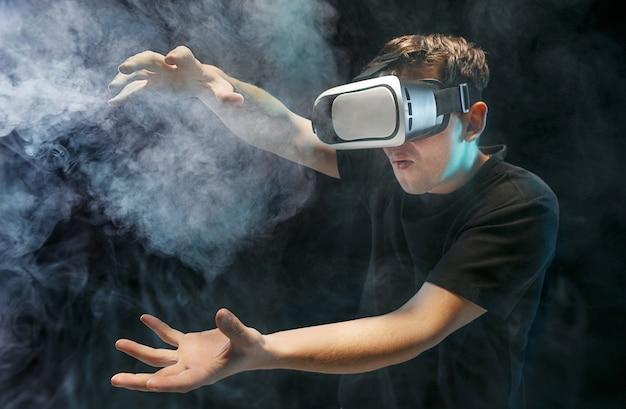 Mężczyzna W Okularach Wirtualnej Rzeczywistości. Koncepcja Technologii Przyszłości. Darmowe Zdjęcia