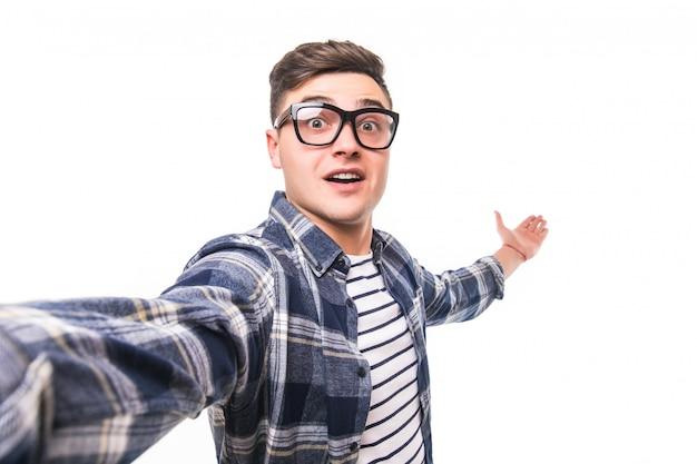 Mężczyzna W Przejrzystych Szkłach Bierze Selfie Odizolowywającego Na Biel ścianie Darmowe Zdjęcia