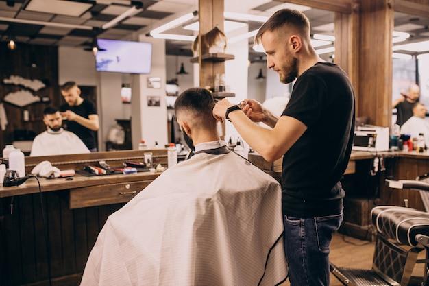 Mężczyzna W Salonie Fryzjerskim Robi Fryzurę I Przycinanie Brody Darmowe Zdjęcia