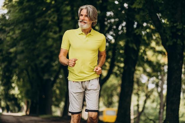 Mężczyzna W średnim Wieku, Jogging W Lesie Darmowe Zdjęcia