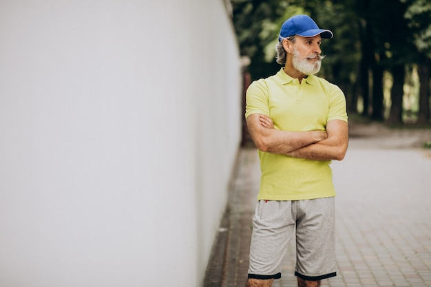 Mężczyzna W średnim Wieku, Jogging W Parku Darmowe Zdjęcia