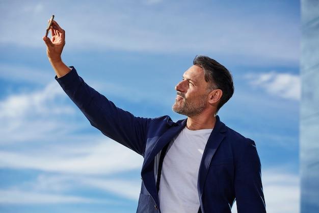 Mężczyzna W średnim Wieku Rozmawia Przez Telefon Darmowe Zdjęcia