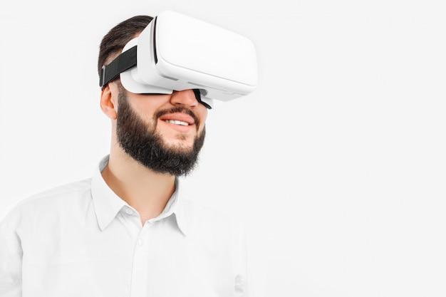 Mężczyzna W Wirtualnych Okularach, Zbliżenie, Na Białej ścianie Premium Zdjęcia