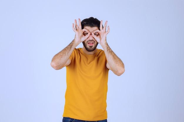 Mężczyzna W żółtej Koszuli Patrząc W Przyszłość. Darmowe Zdjęcia