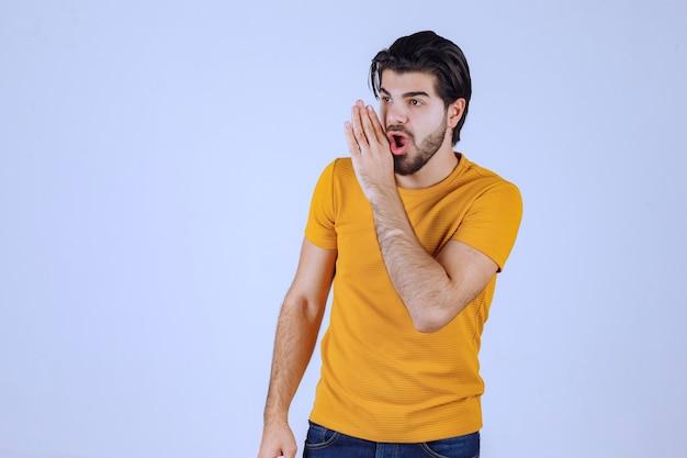 Mężczyzna W żółtej Koszuli Robi Plotkę. Darmowe Zdjęcia