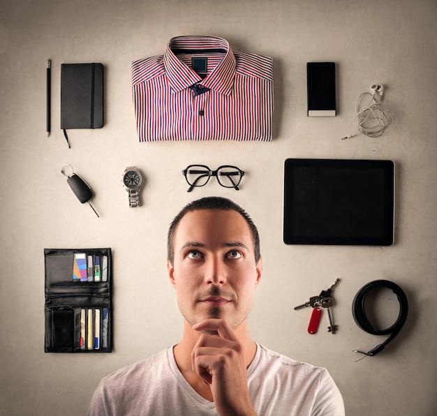 Mężczyzna Wybiera Ubrania I Akcesoria Premium Zdjęcia