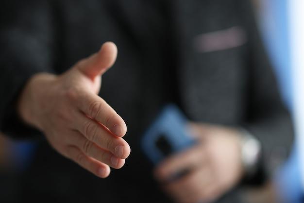 Mężczyzna Wyciąga Rękę Na Zbliżenie Uścisk Dłoni Premium Zdjęcia